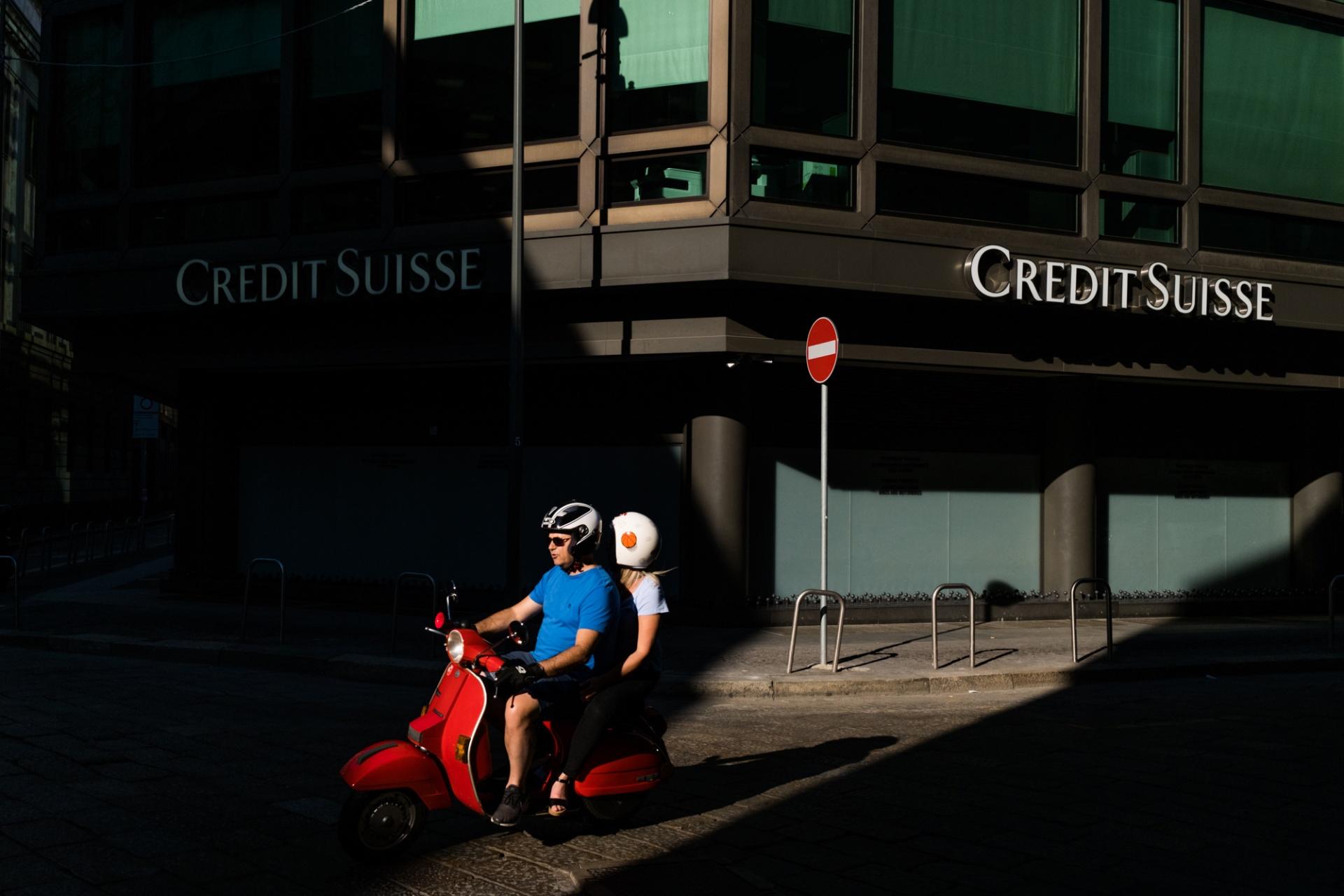Milano Street, Vago per Milano con la meridiana al polso. Sono un ladro che fa il palo, un pendolare in ritardo che corre per non perdere la coincidenza, un burattino nelle mani del caso.