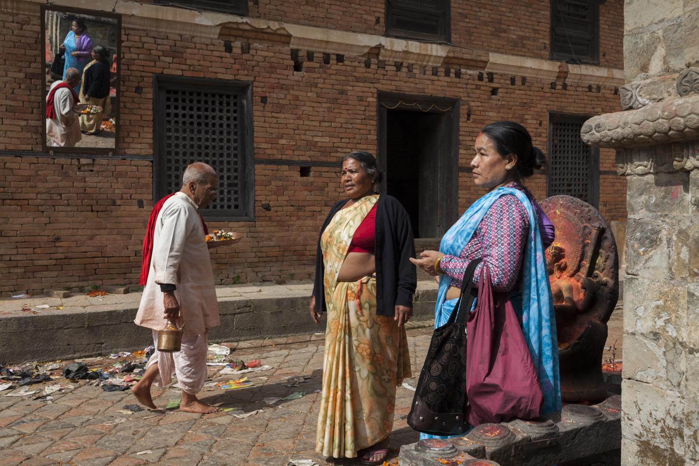 Nepal - sotto il tetto del mondo, Le luci tremolanti delle candele durante la festa di Chhath, le donne con i loro sari più belli immerse nelle acque del Ganga Sagar , le campagne di Lumbini e le mie gite quotidiane fra i